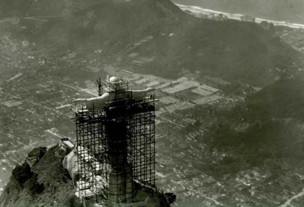 Historic photo of the Christ the Redeemer statue construction